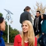 alunos falando no campus — Foto Stock
