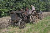 Arando con el viejo tractor — Foto de Stock