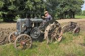 与旧拖拉机犁 — 图库照片