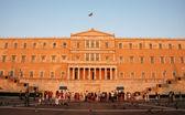 Griechische parlamentsgebäude in späten abend — Stockfoto