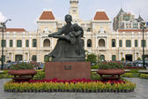 Statue of Ho Chi Minh and Peoples Committee Building, Saigon — Stock Photo