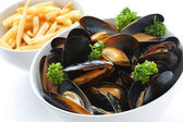Steamed mussels with white wine, and french fries — 图库照片