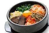 Bibimbap dans un bol de pierre chauffé, plat coréen — Photo