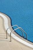 Piscina azul brilhante — Fotografia Stock