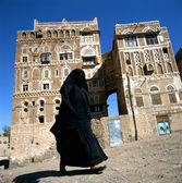 Muslim Woman in Burka walking in Sanaa, Yemen — Stock Photo