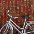 White bike in front of a traditional carpet in Marrakesh,Morocco — Stock Photo