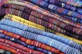 Tessuti in un mercato — Foto Stock
