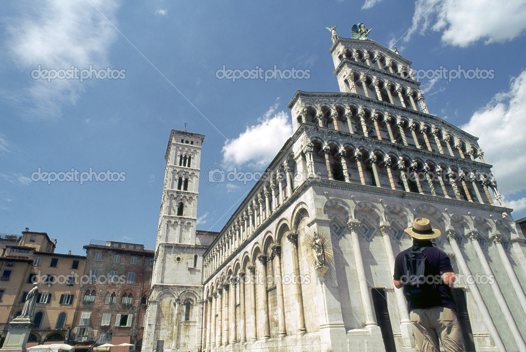 Tourist at a square in front of the basilica of San Michele in Forochurch in Lucca,Tuscany,Italy — Stock Photo #8445804