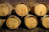 Eski şarap mağarası ile ahşap varil — Stok fotoğraf