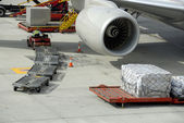 Loading an airplane with airfreight — Stock Photo