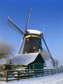 Holandský mlýn v zimní krajině — Stock fotografie
