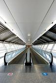 Tunel na lotnisku z mechanicznym przejście — Zdjęcie stockowe
