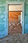 コルマン スコップ ゴーストタウン luderitz ナミビアのアフリカの近くで家の砂丘 — ストック写真