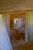House overtaken by dune sand at kolmanskop ghost town near luderitz namibia — Stock fotografie