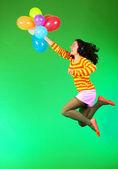 Saltar a chica feliz con globos — Foto de Stock
