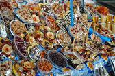 Doces e frutas secas no mercado de yerevan, arménia — Foto Stock
