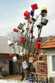 Tree decorated with pots — Stock Photo