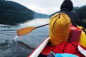 Garota canoagem no lago — Fotografia Stock