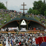 Crowds of Hungarian pilgrims celebrate the Pentecost — Stock Photo #8414114