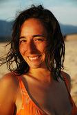 Piękne, uśmiechnięte dziewczyny na plaży z późno po południu światła — Zdjęcie stockowe