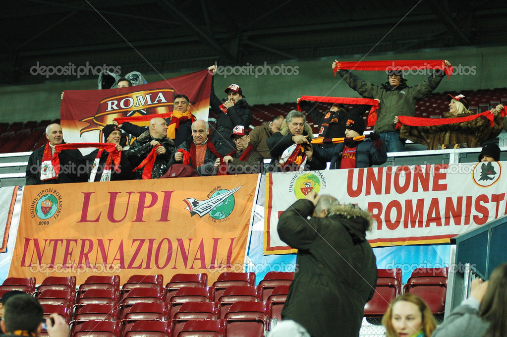 CLUJ, ROMANIA: Italian fans of AS Roma during the official training of AS Roma before UEFA Champions League game against CFR 1907 Cluj  — Stock Photo #8412556