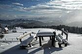 Стол и скамейки в горах покрытые снегом — Стоковое фото