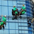 Workers washing the windows facade - Foto Stock
