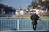 Old man on the bridge, Salzach river in Salzburg — Stock Photo