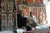 Turkish carpet vendors selling carpets in Cappadocia, Turkey — Stock Photo