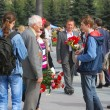 Young man greeting old veteran soldier — Lizenzfreies Foto
