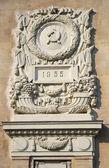 Old soviet building facade with hammer and sickle coat of arms symbol. Taken in Moscow, Russia. — Stock Photo