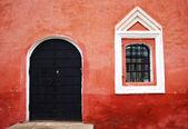 Red wall with old window and metallic door, Cremlin, Rostov Velikiy, Russia — Stock Photo