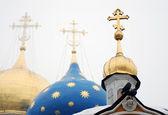 二羽の鳩、十字架で 3 つのドーム — ストック写真