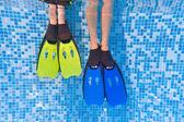 Palet yüzme havuzunda sualtı çocuklar bacaklar — Stok fotoğraf