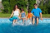 šťastná rodina na letní dovolenou u bazénu — Stock fotografie
