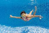 šťastné usmívající se dítě pod vodou v bazénu — Stock fotografie