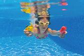 Gelukkig lachend onderwater kind in zwembad — Stockfoto