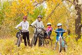 Aktivní rodina, jízdě na kolech venku — Stock fotografie