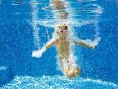 Feliz filho ativo salta para a piscina, vista subaquática — Foto Stock