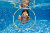 快乐的微笑水下孩子在游泳池 — 图库照片