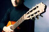 Akustická kytara kytarista hraje — Stock fotografie