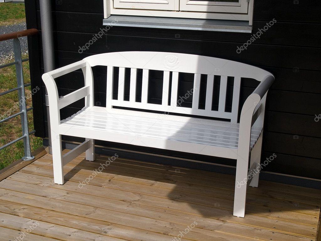 Traditionell klassisk vit trädgÃ¥rd bänk — stockfotografi ...