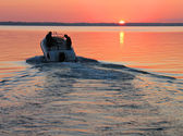 Speedboot in zonsondergang — Stockfoto