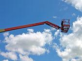 Guindaste móvel alto com o fundo do céu — Fotografia Stock