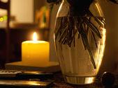 Luzes de vela romântica com um vaso de flores — Foto Stock