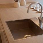 Détails de la cuisine moderne evier avec robinet — Photo