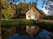 Küçük bir göl tarafından kırsal ev — Stok fotoğraf