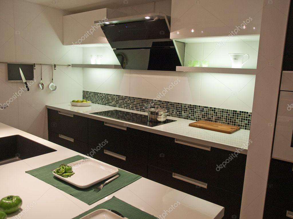 Moderna och trendiga design kök — stockfotografi © ronyzmbow #8976102