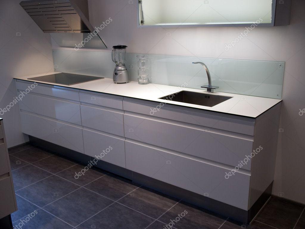 Moderna och trendiga design vita kök — stockfotografi © ronyzmbow ...