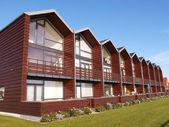Moderne design zomer huizen door de zee — Stockfoto